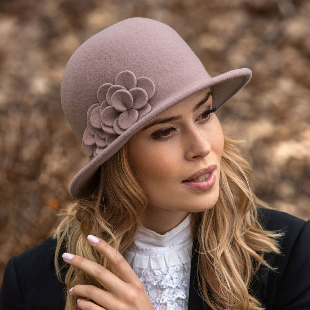 телеведущая модные шляпки фото цейсслера